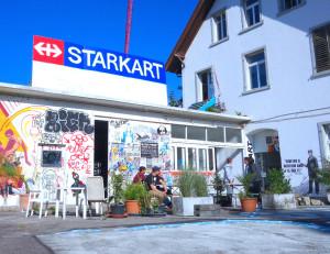 Starkart Fassade voller tags, throw-Ups, stencils, street-art und stickers