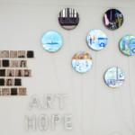 Manú Hophan (*1956): Art and Hope, 2016, Gebrannte Tonkacheln, LED-Leuchtobjekte aus Chromstahl, Folienballone, ca. 300 × 410 cm, Silikon, LED-Streifen und Trafo, 400 × 350 cm